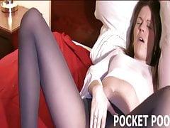Petite Mandy si třel její kundičku v těsných punčochách