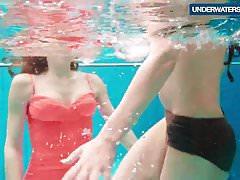 Tre ragazze calde e cornee nuotano insieme