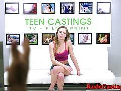 Encantadora belleza adolescente golpeó en el casting