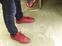 Füße in der U-Bahn
