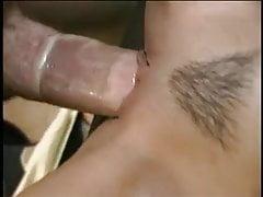 Belle jeune salope se fait défoncer la chatte serrée sur un canapé