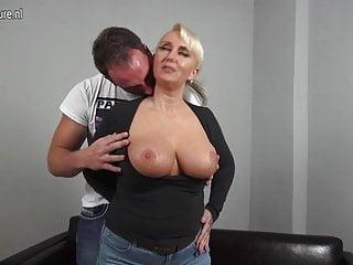 性感大胸德國媽媽他媽的小男孩