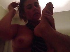 Une milf chaude lèche les pieds et suce une bite