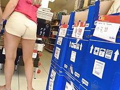 Loira com shorts atolado na bunda