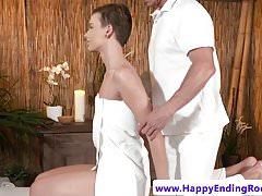 Euro babe huilé obtient le cul jizzed après massagesex