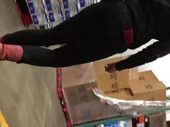 Empleado PAWG en jeans ajustados negros y botas rojas