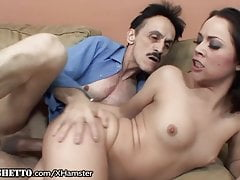 Big Dick Old Man Dirty se folla a su hijastra adolescente latina
