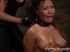Asian Mena Li devastata dalla domina ben attrezzata in trio
