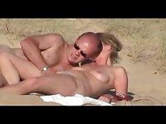 Gorąca blondynka mamuśka przyłapana na plaży przez podglądacza