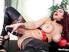Big Butt Babe Nina Kayy bestraft ihre kleinen Schwanzfans!