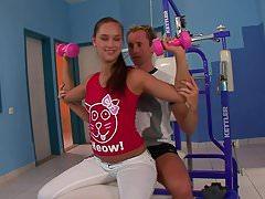 Fitnessgirl joven recibiendo una paliza