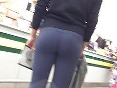 Latina sexy con culo perfetto in Pantaloni Yoga grigio