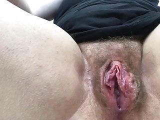 Hairy Fingering Flashing video: La signora masturba la sua bella fica slabbrata