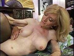Una MILF calza bionda succhia un cazzo di sperma per mangiare figa