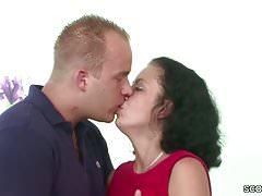 Deutscher junger Kerl verführt die haarige Stiefmutter, um den ersten Fick zu bekommen