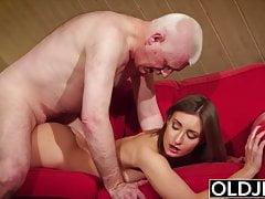 Velho e jovem adolescente dá vovô ereção dura então foda