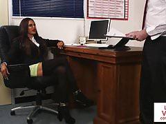 CFNM-Bosslady erniedrigt Mitarbeiter in JOI