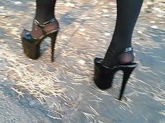 Lady L che cammina con tacchi alti da 20 cm