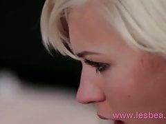 Lesbea Teen's süße junge Muschi wird von engen gegessen und verbreitet