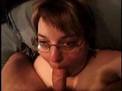 Oma mit Brille saugt den Schwanz