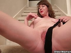 American milf Tracy gives her pantyhosed pussy a treat