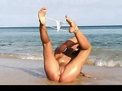 Jugendlich Schönheit, die ihren kleinen Bikini vorführt