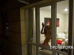 Pärchen beim Ficken zu Hause - Spycam außerhalb