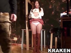 Douce écolière dans une vidéo BDSM, scène de soumission