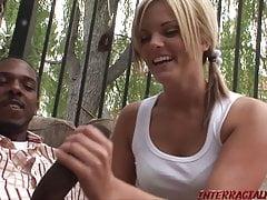 Giovane hottie ama il sesso del gallo nero