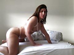 Calda e sexy ragazza con dildo rosa in cam