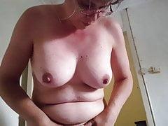 Xandra stimule son gros clitoris et ses énormes lèvres