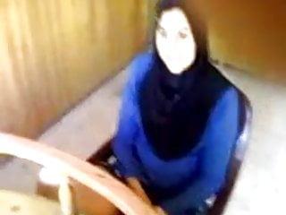 Amateur Public Nudity Fingering video: Kopftuch Muslima zeigt geile Pussy auf Arbeit