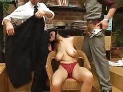 Sexy Big Tits MILF nimmt zwei Schwänze