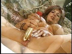 Długonoga brunetka z niesamowitymi cyckami wsuwa palec w jej ciasną cipkę