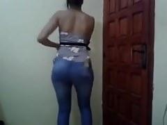 Eine Beurette in Jeans, die ihren Arsch wackelt
