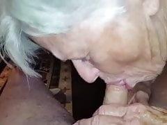Oma beginnt ihren Tag