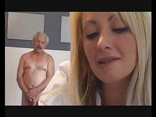 Voyeur Blonde Blowjob video: Aide Soignante qui suce son patient