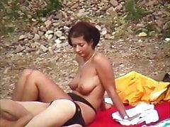 Schwabbel topless en una playa