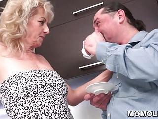 毛茸茸的奶奶在廚房里幹了