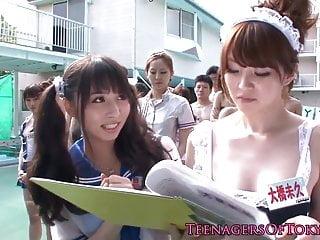 令人敬畏的亚洲团体性交乐趣与服装青少年