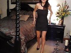 Sexy Mamasita zeigt ihr sexy schwarzes Kleid in ihrem Zimmer