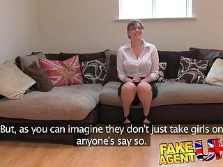 Fakeagentuk業餘英國女孩得到肛門和creampied