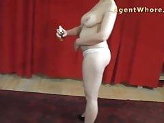 Busty Agent Whore muestra masaje de tetas al hombre mayor
