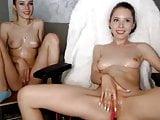 Lesbische Zwillinge beim Masturbieren vor der Sexcam