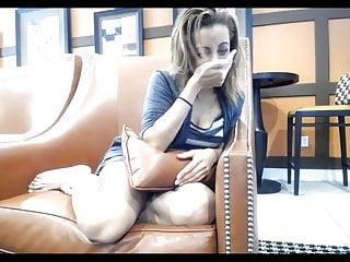 性感的女孩與ohmibod在公共咖啡館沒有裸露