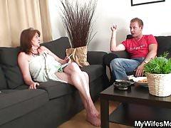 Guy scopa la madre della sua vecchia fidanzata