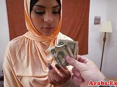 Babe arabe amateur martelant les mecs