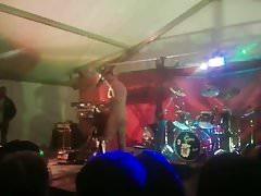 Male Stripper wird von einem Girl from Audience auf der Bühne gesaugt