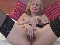 Posh mature mère avec vieille chatte poilue