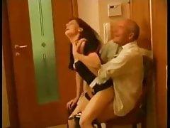 Rosyjski dziadek i młoda pokojówka